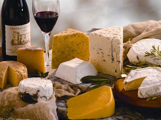 Французский сыр и вино - идеальный подарок.