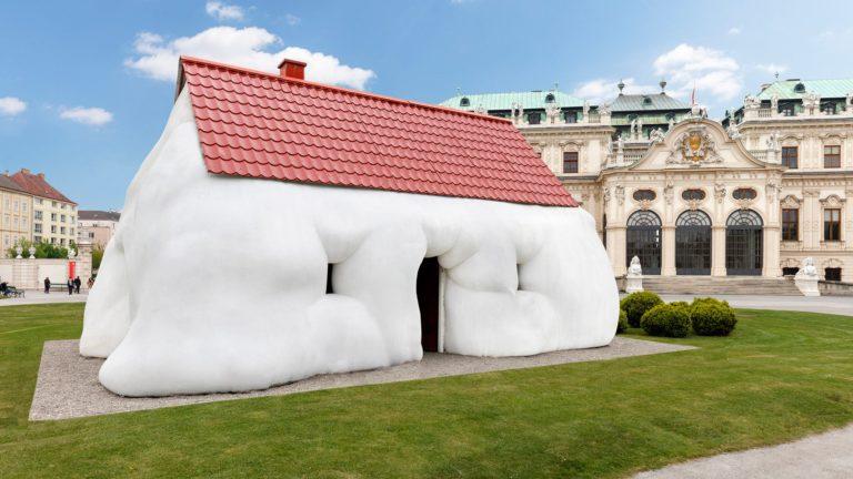 «Дом» Эрвина Врума в саду Дворца Бельведер. Нестандартная деформация скульптур – характерная «фишка»    австрийского художника.
