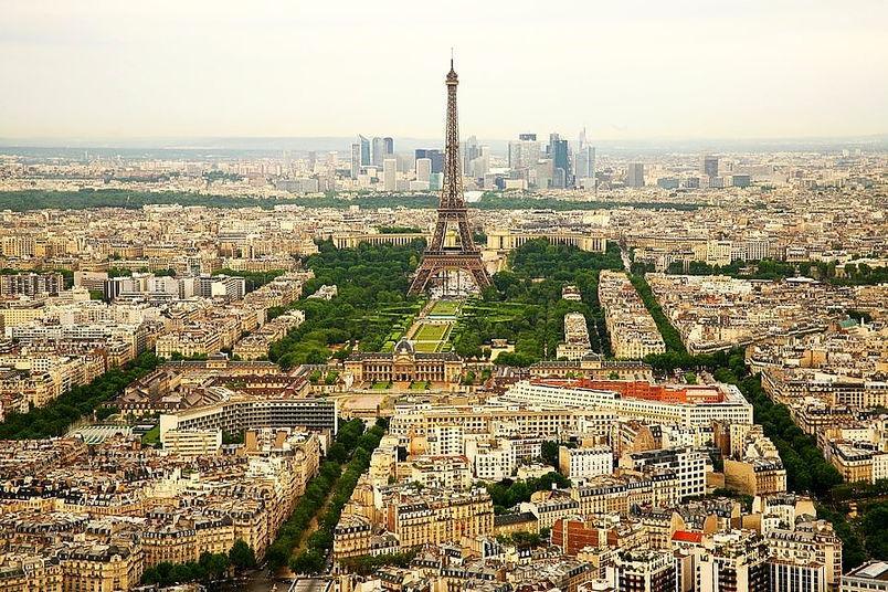 Марсово поле (Champ de Mars) — общественный парк в 7-м округе Парижа в центре с Эйфелевой башней. Достопримечательности, которые знает любой агент.