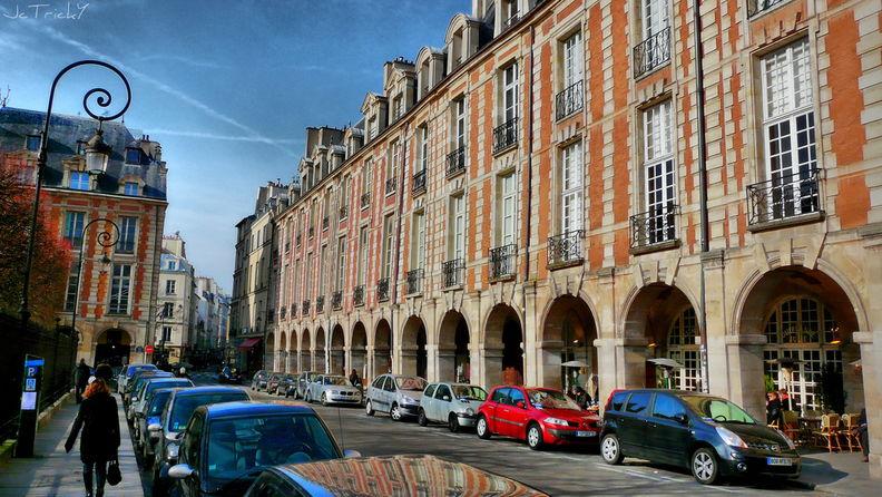 Площадь Вогезов располагается на границе 3-го и 4-го округов Парижа. Ближайшие станции метро — Bastille и Saint-Paul