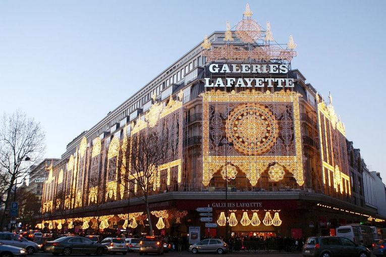 Галерея Лафайет (Galeries Lafayette) -пассаж со стеклянным куполом в стиле модерн, расположен напротив Гранд-Опера.