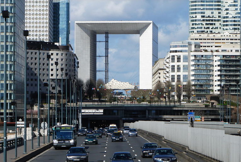 Дефанс (La Défense) — современный деловой и жилой квартал в пределах агломерации Большого Парижа.