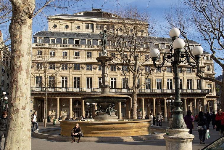 Театр Comédie-Française — единственный во Франции репертуарный театр. Расположен в 1-м округе.Неофициальное название театра — «Дом Мольера»