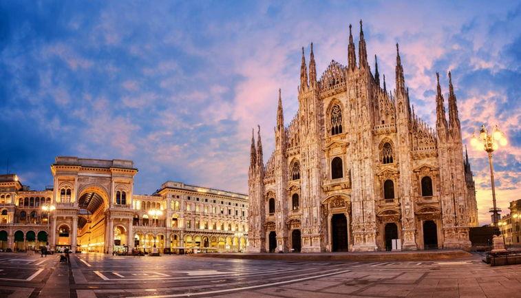 Пламенеющая готика Кафедерального собора Дуомо в Милане всегда привлекает туристов.