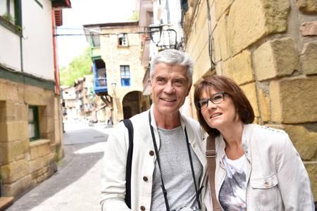 57754361-pareja-de-alto-nivel-de-turistas-que-visitan-la-ciudad-española-pequeña